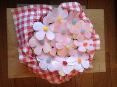 Voorjaars-Tractatie, bloemetjes van ouwel en jellybeans in een koek geprikt.