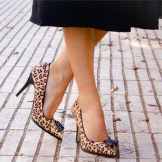 Zapato tacón alto, corte salón con borlitas en la punta, de piel con estampado print animal