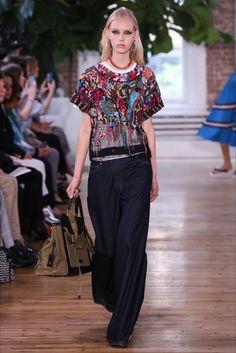 Guarda la sfilata di moda Valentino a New York e scopri la collezione di abiti e accessori per la stagione Pre-collezioni Primavera Estate 2018.