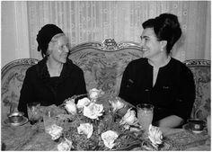 Titel Staatsbesuch von Bundeskanzler Klaus und Außenminister Kreisky in Jugoslawien Beschreibung Jovanka Budisavleic im Gespräch mit Erna Seywald.