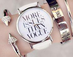 La montre tendance 2015. Superbe montre, unique en son genre. Mouvement à trois aiguilles. Un jolie montre qui sublimera vos poignets en un clin d'oeil!!! La montre parfaite à offrir ou s'offrir! Emballage cadeau offert!