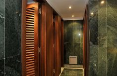 Wall cladding with verde india marble