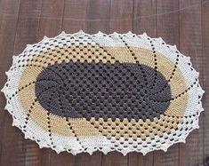 tapete-croche-croche Annie's Crochet, Crochet Home, Crochet Patterns, Crochet Ideas, Crochet Table Mat, Rugs And Mats, Crochet Clothes, Doilies, Rugs On Carpet