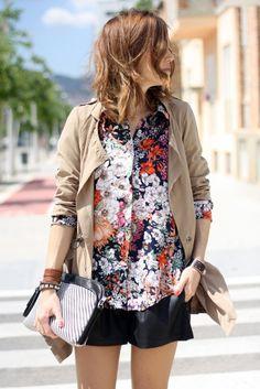 On mixe sa jupe en cuir avec une chemise floral et gilet camel
