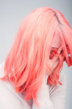 Idée Couleur & Coiffure Femme 2018 : Description Learn how to dye your hair a beautiful pastel color with this step by step guide that also lists necessary products and best brands to Cheveux Oranges, Coloured Hair, Dye My Hair, Grunge Hair, Pink Hair, Neon Hair, White Hair, Ombre Hair, Violet Hair