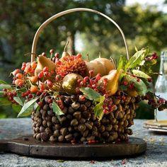 un panier décoré de glands et de fruits