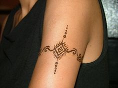 simple and precious henna tatoo Henna Tattoo Hand, Henna Tattoo Shoulder, Henna Arm, Henna Tattoos, Henna Designs Arm, Pretty Henna Designs, Henna Tattoo Designs Simple, Simple Henna Art, Easy Henna