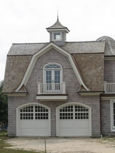 Garage doors are great. Love the way they made the garage section look like a little house. Garage House, Carriage House Garage, Dream Garage, Design Garage, Exterior Design, Exterior Colors, Exterior Paint, Plan Garage, Garage Doors