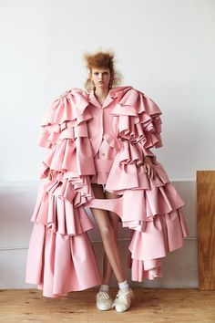 fashion couture runway fashion high fashion designer dresses ready to wear runway show fashion show Weird Fashion, Pink Fashion, Fashion Art, Fashion Show, Fashion Design, Runway Fashion, Rei Kawakubo, Haute Couture Style, Kings & Queens