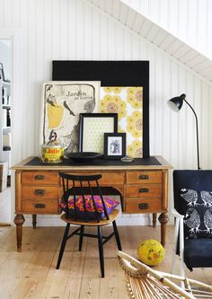 Patinoituneet kirjoituspöydät ja klaffipiirongit kaunistavat kodin. Vanha kaluste houkuttelee kirjoittamaan kirjeet käsin ja sulkemaan sinetillä. Katso Unelmien Talo&Kodin ideat.