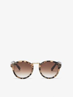 Gafas de sol estilo round con montura de pasta efecto carey, lentes con filtro de protección UV de la clase III y detalle de puente metálico. Se acompañan con una funda protectora con el emblema grabado de la firma.