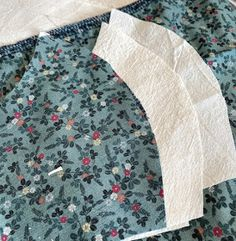 Helles Syskrin: Munnbind steg for steg Tree Skirts, Stuff To Do, Diy And Crafts, Holiday Decor, Masks
