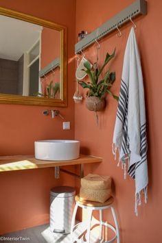 77 Art Deco Bathroom Design Ideas The New Way Of Colouring The Bathroom 7 - myhomeorganic Bathroom Red, Orange Bathrooms, Bathroom Colors, Boho Bathroom, Bathroom Makeover, Art Deco Bathroom, Bathroom Interior Design, Bathroom Design, Terracotta
