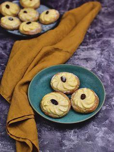 Linecké koláčky s tvarohem Cookies, Baking, Desserts, Food, Crack Crackers, Tailgate Desserts, Deserts, Biscuits, Bakken