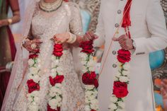 7 jaimala options for Indian Weddings Indian Wedding Flowers, Flower Garland Wedding, Flower Garlands, Indian Weddings, Bride Groom Photos, Indian Bride And Groom, Hindu Wedding Ceremony, Wedding Day, White And Pink Roses