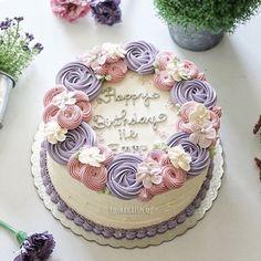 #cake #cakeshop #cakes #cakejakarta #cupcake #cupcakejakarta #cafejakarta  #lulukaylacupcake #kuejakarta #kueultah #kue #birthdaycake #JKTINFOOD #JKTFOODIES #buttercreamcake #customcake #customcakejakarta #flowercake #anakjajan #weddingcake #bridalshower