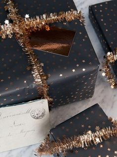 This black and gold pairing is gorgeous. There is some amazing gift wrapping inspiration here #GiftsWrapping