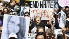 Dias depois de projetarem-se em Charlostesville, supremacistas brancos tentaram provocar o berço da cultura hippie. Veja a reação, praticamente ignorada pela mídia PorMaurício Ayer Do Outras Palavras Milhares de pessoas foram às ruas de São Francisco no sábado, 26 de agosto, dizer não ao ódio, ao racismo e ao ultranacionalismo. Após uma semana tensa, sob ...
