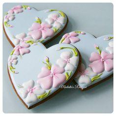 Дизайн этих цветов подсмотрела у @juliett_girly_donetsk , так они мне нравятся! Сердца вошли в нежные наборы, покажу их позже. Все пряничные сердца можно найти по хэштегу #сердцеМР #royalicingcookies #gingerbread #decoratedcookies #cookiedecoration #sugarart #пряник #пряники #имбирноепеченье #имбирныепряники #пряникалматы #пряникиалматы #пряничнаякартина #пряничнаяоткрытка Mother's Day Cookies, Fancy Cookies, Heart Cookies, Valentine Cookies, Iced Cookies, Cute Cookies, Easter Cookies, Cupcake Cookies, Cupcakes
