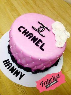 Para los amantes de la marca #CHANEL, preparamos un pastel de fondant suculento.  Facebook y Twitter:  https://www.facebook.com/fabricadepostres https://twitter.com/FdePostres