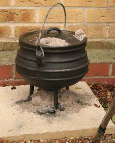 'n Gietysterpotjie is 'n móét vir enige Suid-Afrikaanse braai! Jy kan die vleis en sommer bygeregte, soos 'n heerlike potrood, daarin maak. Vegetable Curry, Vegetable Recipes, Vegetarian Recipes, Dutch Oven Cooking, South African Recipes, Cheesy Recipes, Outdoor Cooking, Grilling Recipes, Recipies