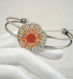 Bracelet rigide, soleil rouge, peint à l'acrylique à la main, métal argenté : Bracelet par long-nathalie