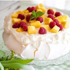 Söt marängtårta med grädde, lemon curd och mango. Swedish Recipes, Fika, Lemon Curd, Pavlova, Sweet Stuff, Mango, Cheesecake, Gluten Free, Cakes