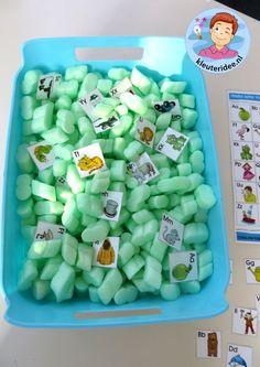 Grabbelbak met letterkaartjes voor de taalhoek 2, letters herkennen, eerste letter, kleuteridee.nl, free printable.