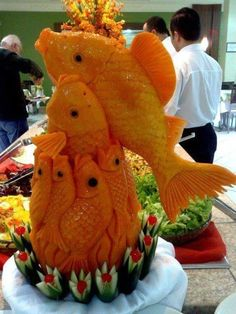 esculturas frutas e legumes takashi itoh Fruits Decoration, Vegetable Decoration, Fruit Sculptures, Food Sculpture, L'art Du Fruit, Fruit Art, Veggie Art, Fruit And Vegetable Carving, Edible Food