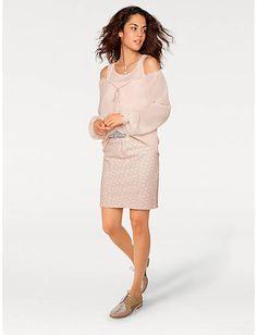 Feminine Bluse mit Bindeband und dazu ein modischer Minirock