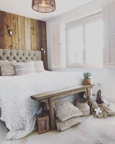Landelijke slaapkamer. Bedroom. Steigerhout. Oud houten bankje. Sleep, House, Furniture, Bedrooms, Bohemian, Natural, Home Decor, Houses, Bed Ideas