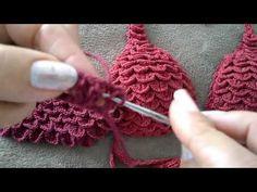 Biquíni de Crochê: Confira os Modelos Fáceis com Gráfico e Passo a Passo! - meularminhapaz.com.br - Her Crochet Crochet Bra, Crochet Crop Top, Crochet Blouse, Crochet Clothes, Crochet Stitches, Crochet Designs, Crochet Patterns, Crochet Bathing Suits, Single Crochet Stitch