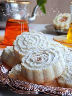 Ghribia aux amandes Gourmet Recipes, Sweet Recipes, Dessert Recipes, Cooking Recipes, Chocolates, Algerian Recipes, Arabic Sweets, Mediterranean Recipes, Food Print