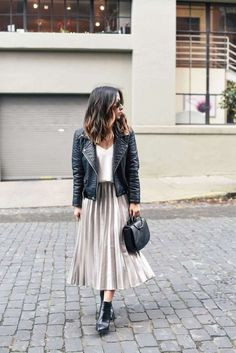 Holiday dressing: pleated midi skirt 2 ways ropa de invierno faldas p Casual Skirt Outfits, Mode Outfits, Fashion Outfits, Womens Fashion, Fashion Advice, Casual Skirts, Ladies Fashion, Skirt Outfits For Winter, Ladies Outfits
