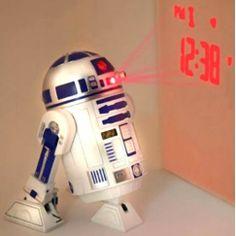 Star Wars réveil projecteur R2-D2 Prenez vous pour un Jedi dès le matin et faîtes vous reveiller par un robot.. et quel robot?! C'est bien le célèbre R2-D2 qui vous accompagnera dès le matin grâce à ce réveil projecteur reproduisant les sons de ce célèbre robot !  Plus besoin d'appuyer sur le réveil pour voir l'heure en pleine nuit...il projette l'heure sur le plafond ou sur le mur grâce à sa tête qui pivotent à 300°.
