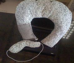 kit composto por travesseiro de pescoço com alça e bolsinho e máscara de dormir. R$22,00