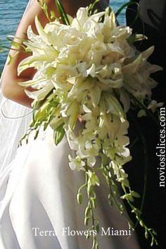 Impresionante ramo de novia con orquídeas, rosas y lirios orientales en color blanco en cascada y con gran volumen, bodas
