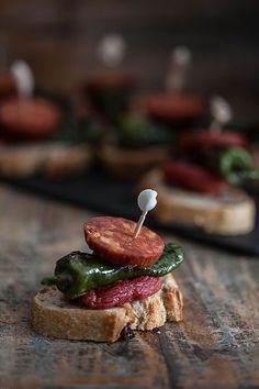 Pincho de pimiento de Padrón, tomate asado y chorizo (pincho met pimiento de Padrón, geroosterde tomaat en chorizo)