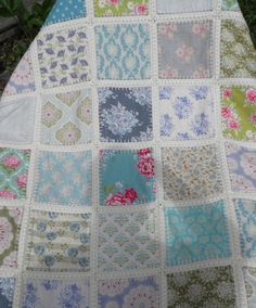 How to Crochet Wave Fan Edging Border Stitch - Crochet Ideas Crochet Quilt Pattern, Crochet Borders, Quilt Patterns, Crochet Patterns, Quilt Border, House Quilts, Gingham Fabric, Fabric Squares, Quilt Tutorials
