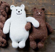 Парочка медвежат, белый и бурый, могут стать вашими друзьями, если взять в руки спицы и немного поработать. Такая вязаная игрушка станет отличным подарком и для детей, и для взрослых. Чтобы связать мишку спицами могли все, кто пожелает, дизайнер Sophie Scott разработала мастер-класс и составила описание работы, так что остаётся только выбрать пряжу и приготовить спицы. А какого медведя вы будет вязать, белого, бурого или обоих, конечно же решать только вам.
