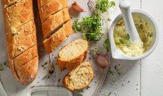 Za čerstvé pečivo s křupavou kůrkou a vláčným vnitřkem vás pochválí rodina i známí. Domácí příprava je pro mnoho lidí noční můrou, ale s těmito recepty ji hravě zvládnete. #recept #bageta #pecivo #domacibageta #chlebicky #recipe #bake #bagel #homemade Vegan Garlic Bread, 2000 Calories, Vegan Pasta, Slice Of Bread, Vegan Butter, Vegan Friendly, Vegan Gluten Free, Bread Recipes, Side Dishes