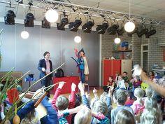 Basisschool goochelaar Aarnoud Agricola tijdens schoolvoorstelling op de Jan Woudsmaschool in Driemond.