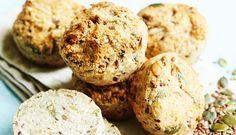 Her får du opskriften på grove kerneboller helt uden gluten. Det kan være svært at bage uden gluten, da man ofte oplever at dejen ikke er elastisk. Men disse boller minder om rigtige boller og så er de fyldt med lækre kerner.