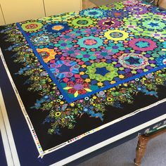 Wendy's quilts and more: la Passacaglia - how I attached my borders - to to attach a fancy EPP border. Millefiori Quilt Pattern, Millefiori Quilts, Quilting Projects, Quilting Designs, Kaleidoscope Quilt, Quilt Modernen, Flower Quilts, Quilt Border, Hexagon Quilt
