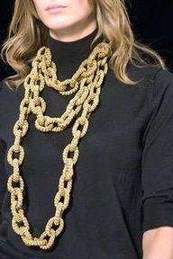 O fórum do Ponto da Moda diz que esta cadeia de crochê é uma criação de Marc Jacobs: