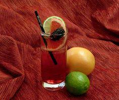 Moraíto: Sirope de mora, zumo de limón, zumo de arándanos y tónica Schweppes de lavanda y azahar. Jazz Club, Cocktails, Cranberry Juice, Juicing, Orange Blossom, Inventions, Lavender, Craft Cocktails, Cocktail