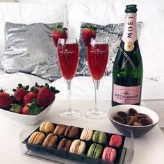 Champagne, macarons and strawberries. Chocolate Lindt, Moet Chandon, Yummy Food, Tasty, Love Is In The Air, Romantic Dinners, Romantic Ideas, Luxury Lifestyle, Macarons