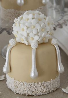 Stunning mini cake in neutral colors - Via: Tartas Cakes Haute Couture <3