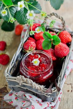 Find images and videos about food, healthy and fruit on We Heart It - the app to get lost in what you love. Strawberry Farm, Strawberry Patch, Strawberry Fields, Strawberry Recipes, Strawberry Shortcake, Strawberry Preserves, Photo Fruit, Acerola, Feta Salat