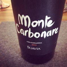 Monte Carbonare, 2012 Soave Classico Suavia Venetien, Italien  Eine Feuersteinnote und Stroh sind im Vordergrund. Die Frucht stellt sich hinten an. Im Gaumen bleibt er sehr kräftig, zeigt viel Extrakt. Eine reife Frucht verleiht dem Wein einen zart süssfruchtigen Ausdruck, obwohl der Wein trocken ist. Dies ist ein sehr kräftiger und anspruchsvoller Vertreter des Soave mit fein ausgearbeitete Mineralik!